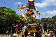 """In allen Dörfern auf Bali wie hier in Tegal Lalang in der Nähe von Ubud wird dem Ogoh-Ogoh-Brauch gefrönt. """"Wir haben mehr als einen Monat an dem Ogoh-Ogoh gebaut und dafür acht Millionen Rupiah (567 Euro) ausgegeben"""", erzählt Yoag, der junge Mann mit Sonnenbrille."""