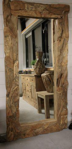 Spiegel met robuuste lijst drijfhout. Een blikvanger in uw interieur door zijn originele en sfeervolle uitstraling. Drijfhouten woonaccessoires zijn hot!