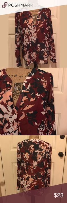 🆕 • ɓąŋąŋą ŗęƥųɓɭįç • Very pretty top! 100% polyester • excellent condition •!🛍Bundles of 5 or more items get 50% off!-either make offer on the bundle or comment on each item you want and I'll make a separate listing!🛍 📣Buyer responsible for extra shipping when likely to be over 5 lbs 📣 ❌Absolutely no trades!❌ 🔵Color may vary in person!🔴 ◾️Serious buyers only!▪️ 😻 cat friendly home! 😻 🙏🏼thank you!🙏🏼bin:pur Banana Republic Tops Blouses
