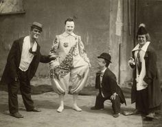 The circus is supposed to be a fun event where clowns and other performers make people laugh and smile. But these vintage photos of an old circus look more like something you would see in a horror mov Creepy Circus, Halloween Circus, Circus Costume, Circus Clown, Creepy Clown, Circus Art, Scary, Vintage Pictures, Old Pictures