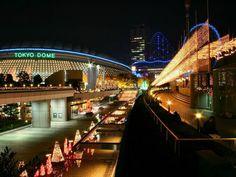 【東京魅力】東京巨蛋  東京巨蛋是室內型體育場與活動用地,可以容納將近 5 萬人。平時以舉行棒球賽為主,但也有許多演唱會表演在此舉行。  東京巨蛋也是日本職棒巨人隊的大本營,紀念品店裡關於巨人隊的周邊商品可說是包羅萬象,如果想更了解日本職棒,東京巨蛋還開設了野球博物館,喜好棒球的人,可不能錯過。而說到演唱活動,日本娛樂界甚至還創造了一種巨蛋巡迴演唱會,許多歌手也將在巨蛋開唱列為目標之一。  資料來源:http://tokyo.pktravel.com.tw/index.asp