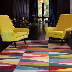 Tapis graphique multicolore aux motifs triangulaires. Ce tapis moderne en laine a été tufté à la main en Inde, d'où sa très grande qualité.  #tapis #motifs #triangulaires #déco #multicolore