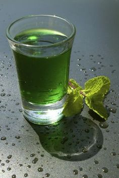 Green Beret - vodka and green peppermint schnapps Tequila Drinks, Bar Drinks, Cocktail Drinks, Alcoholic Drinks, Beverages, Alcohol Recipes, Raw Food Recipes, Cinnamon Drink, Homemade Liquor