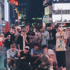 Seventeen at LA . Dude wat are u doing behind woozi Woozi, Wonwoo, Jeonghan, Seungkwan, Hip Hop, Vernon, Boy Squad, Seventeen Scoups, Pledis Seventeen