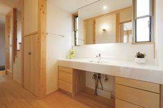 大きな鏡を備えた広い洗面台。廊下に設置することで、来客が和室からLDKを通らずに利用することができる。 Bathroom Vanity, Bathroom, Vanity, Decor, House, Home, Double Vanity, Home Decor