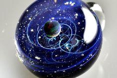 Une Artiste Japonaise Reproduit de Fascinantes Scènes Cosmiques dans des Pendentifs en Verre - page 3