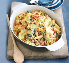 salmon, leek and spinach pasta bake Our healthy smoked salmon, leek and spinach pasta bake recipe is easy to freeze and low in fat and sugar.Our healthy smoked salmon, leek and spinach pasta bake recipe is easy to freeze and low in fat and sugar. Healthy Pasta Bake, Healthy Pastas, Healthy Baking, Healthy Recipes, Healthy Food, Stay Healthy, Tasty Meals, Vegetarian Recipes Uk, Vegetarian Lasagne