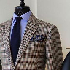 Men's Casual Men's Fashion Tips For Always Looking Great Gentleman Mode, Gentleman Style, Mens Fashion Suits, Mens Suits, Suit Combinations, Style Masculin, Brown Suits, Herren Outfit, Fashion Essentials