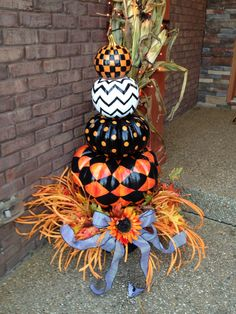 Easy DIY Front Porch Halloween Decorating Ideas - Pumpkins Halloween black white and orange painted pumpkin topiary Halloween Veranda, Halloween Porch, Halloween Home Decor, Diy Halloween Decorations, Holidays Halloween, Halloween Pumpkins, Halloween Crafts, Fall Crafts, Food Decorations