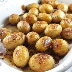 I love roasted potatoes and we usually make them from Russets. For this recipe, I decided to try these small Honey Gold Potatoes. They're the perfect two bite potatoes and when roasted they are heav(Small Potato Recipes) Golden Potato Recipes, Russet Potato Recipes, Baby Potato Recipes, Potato Dishes, Small Potatoes Recipe, Potatoes In Oven, Roasted Honey Gold Potatoes Recipe, Boil Potatoes, Gourmet