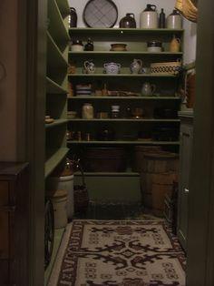 Vorratsraum A reproduction of Tasha Tudor's pantry. Colonial Kitchen, Country Kitchen, Tudor Kitchen, Country Farmhouse, Farmhouse Decor, Vie Simple, Primitive Kitchen, Primitive Shelves, Butler Pantry