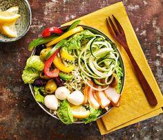 """De poke bowl komt officieel uit Hawaii en is de perfecte maaltijd voor mensen die weinig tijd hebben om in de keuken te staan. Het woord poke betekent """"snijden"""" en verwijst in dit geval naar de stukjes gerookte kip en groenten. Stop alle ingrediënten in de bowl oftewel kom en je kunt eten. In deze poke bowl met kip wordt uiteraard gebruik gemaakt van de Lassie toverrijst. Bekijk deze poke bowl kip en andere salade recepten op lassie.nl! #opjebord #pokebowl #kipgerechten Smoked Chicken, Pesto Chicken, Food Bowl, Healthy Diners, Sushi Bowl, Cooking Recipes, Healthy Recipes, Healthy Food, Recipes"""