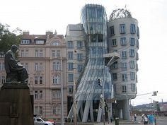 """""""casa dançante"""" em Praga, experimento arquitetônico visualisando a ideia de um casal dançando. O prédio é sede de várias companhias internacionais e tem um restaurante francês com vista panorâmica da capital tcheca."""