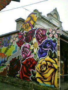 roses art Pretty good variety of roses. Love the street art movement. Graffiti isn't a crime. 3d Street Art, Amazing Street Art, Street Art Graffiti, Street Artists, Amazing Art, Street Mural, Graffiti Artwork, Art Mural, Murals