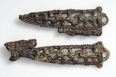 Föremålsbild:  Itufalett eldstål av sammansatt typ med 2 förgyllda bronsbeslag. brons, järn, förgyllning