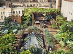 Un roof garden, rooftop, terrasse, terrace , home # pin maudjesstyling # Rooftop Terrace, Terrace Garden, Garden Oasis, Rooftop Nyc, Green Terrace, Sky Garden, Rooftop Decor, Rooftop Lounge, Rooftop Dining