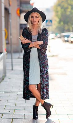 Street style look com saia plissada, kimono e salto blocado.
