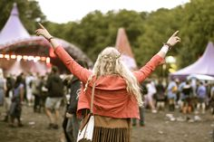love the hair , love the pose, love the color, loe the atmophere. If we would finaly get the weather for a festival i d be blessed...