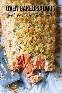 Feuilleté de saumon croustillant au four, parmesan et herbe.