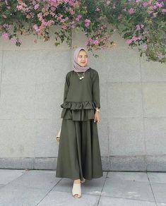 Nama barang : lea set skirt army Bahan : top+skirt balotelly Size : L Harga : Modern Hijab Fashion, Abaya Fashion, Muslim Fashion, Modest Fashion, Women's Fashion Dresses, Kebaya Muslim, Muslim Dress, Modest Dresses, Simple Dresses