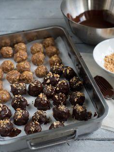 Snickerskuler - Oppskrift | Kvardagsmat.no Veggie Recipes, Cooking Recipes, Veggie Food, Hanukkah, Food And Drink, Veggies, Tapas, Sweets, Snacks