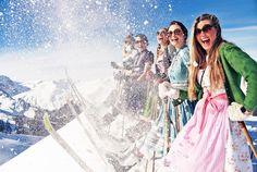 Skifahren, beste Freundinnen, Dirndl, Ziehharmonika und eine große Gaudi zum Saisonabschluss. Beim 1. Int. KÄSTLE Dirndl Skitag am Samstag, den 09. April treffen sich Skifahrerinnen aus dem ganzen Alpenraum in Lech am Arlberg. Morgens geht es los mit einer feinen, warmen Tasse Tee oder einem Gläschen Prosecco in der KÄSTLE Chill Out Lounge vor der