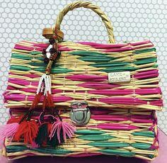 Modelo doctor realizado con juncos de colores de la marca cake-keline. Bolsos artesanales realizados en telares manuales y utilizando materiales totalmente naturales.
