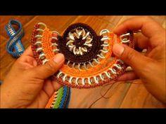 """En esta parte unimos los """"arcos"""" que formamos con aguja e hilo.  Los hilos tienen que ser del mismo color que los hilos nylon que eligimos para la bolsa o bien, colores similares.    Subscribete:  http://www.youtube.com/subscription_center?add_user=creatividades100     Parte 1:  http://www.youtube.com/watch?v=If0j6o4T6z4    Parte 2:  http://www.youtube.c..."""