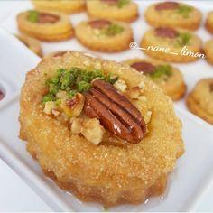 "3,148 Beğenme, 87 Yorum - Instagram'da zehra (@_nane_limon): ""Goruntu lezzeti harika bir tatli👌🍃 Irmikli muhallebili Tatli❤ @_nane_limon 200 gr oda isisinda…"" Breakfast Recipes, Dessert Recipes, Desserts, Turkish Sweets, Clean Eating Breakfast, Iftar, Turkish Recipes, Biscuits, Mini Cakes"