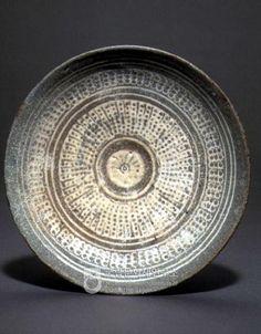 Buncheong Dish 조선을 세운 사대부들의 도자기 분청사기 [도자기를 쥔자 세상을 얻으리라Ⅴ] Korean Pottery, Green And Grey, Blue And White, Wash Brush, Korean Art, White Slip, Black Pattern, White Porcelain, Ceramic Art