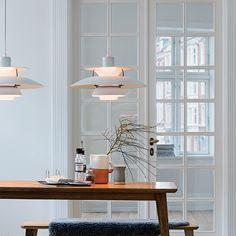 POS 3 Louis Poulsenin PH 5 Classic on Poul Henningsenin suunnittelema riippuvalaisin, joka on saavuttanut suuren suosion ja design-ikonin aseman niin Tanskassa kuin maailmalla. Vuonna 1958 syntyneessä valaisimessa yhdistyvät elegantti muotokieli ja innovatiivinen rakenne: kauniit, kerrostetut varjostimet estävät häikäisyn kaikista kulmista ja luovat huoneeseen miellyttävän valaistuksen.