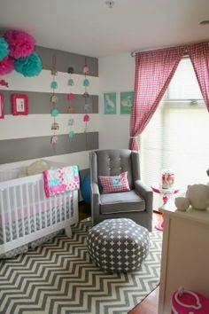 Decoración para el cuarto del bebé en colores gris, rosa, blanco y un toque de azul.