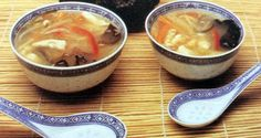 Zutaten: 1 kg Poularde (weniger fettig als Suppenhuhn), 10 getrocknete Muerrpilze, 1 kleine Dose Bambussprossen, 1 rote Paprika, 1 Stange Porree, 250 g Möhren/Karotten, 150 g Mungbohnen, 50 g Glasnudeln, 1 TL Sesamöl, 3 EL Sojasauce, 4 EL Essig, 2 TL Salz, 1 TL Zucker, 1/4 TL weißer gemahlener Pfeffer, 2 L Wasser, 4 EL Stärke  Zubereitung: Muerr-Pilze in kochendem Wasser einweichen (ca. 1 Stunde), Poularde garen, nur das schiere Fleisch kleinschneiden. Alle Gemüse in feine Streifen schneiden… Pudding, Desserts, Food, Carrots, Red Bell Peppers, Rice Dishes, Mushrooms, Easy Meals, Chef Recipes