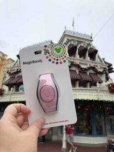 The New Millennial Pink MagicBand has Arrived! Disney Home, Disney Dream, Cute Disney, Walt Disney, Disney World Vacation, Disney Vacations, Disney Trips, Disney Parque, Apple Watch Fashion