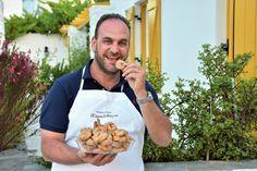 «Είναι τα γλυκά κουλούρια που έφτιαχναν οι παππούδες μου στον φούρνο τους στη Νάουσα από τη δεκαετία του '40» εξηγεί ο Παναγιώτης Χαμηλοθώρης. Cookie Desserts, Fun Desserts, Greek Recipes, Cookies, Cake, Food, Sugar, Crack Crackers, Food Cakes