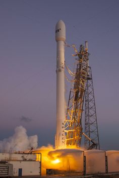 The pilot even slowed down the plane to allow passengers to watch SpaceX's Falcon 9 rocket launch toward space from their windows. Tesla Spacex, Spacex Falcon 9, Falcon 9 Rocket, Spacex Launch, One Step Beyond, Space Program, Amazing Spaces, Space Travel, Space Crafts