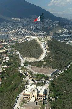 La bandera de Mexico ubicada el cerro del Obispado en Monterrey Nuevo León, México