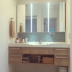 女性で、3LDKの、Bathroom/モザイクタイル/ホテルライク/青が好き/イベント用に再投稿/子供が洗面にぶら下がる/カゴにオムツ収納してます/ヒオリエについてのインテリア実例。 「浮いてる洗面。 二階...」 (2016-05-28 01:24:17に共有されました)