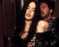 "Marguerite de Valois (Isabelle Adjani) in ""La Reine Margot""  (http://www.linternaute.com/cinema/film/dossier/revisez-l-histoire-de-france-en-50-films/image/reine-margot-15290.jpg)"