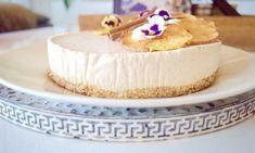 """Vegaaninen ja gluteeniton omena-kookosjuustokakku Reseptit: """"Juustokakku"""" on valmistettu ilman gluteenia sekä eläinperäisiä tuotteita. Kakku saa makeutensa omenasoseesta ja kuivatuista taateleista.- Paljon herkullisia reseptejä! Vanilla Cake, Desserts, Food, Tailgate Desserts, Deserts, Essen, Postres, Meals, Dessert"""