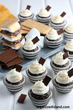 These easy S' mores cupcakes are a wonderful way to enjoy the flavors of smores for summer. These cupcakes with chocolate and marshmallow are a summer favorite and really easy to make. Chocolate Cake Mixes, Mini Chocolate Chips, Cute Desserts, Delicious Desserts, Cake Recipes, Dessert Recipes, Easy S, More Cupcakes, Marshmallow Creme
