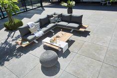 Deze loungeset kenmerkt zich door zijn open en frisse uitstraling. Dit komt voornamelijk door het onderstel van de Stockholm. Je kunt bij deze set ook kiezen voor de aluminium cover over de salontafel. Dit geeft de set net even die extra touch!