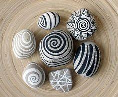 Piedras pintadas blanco y negro.