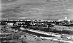 Obras de canalización en la ribera del Manzanares c.1955. El río dejaba de tener los márgenes en pendiente de las fotos que vimos de los años anteriores. A la derecha se construiría unos diez años después el estadio Vicente Calderón.