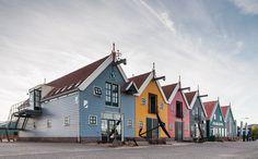 Het haventje van Zoutkamp, de gekleurde huisjes aan het Reitdiep