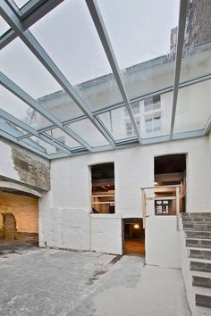 Renovatie monumentaal gebouw in Maastricht met alumunium glasdak voor extra daglicht. Realisatie door Stalumex Light In, Skylights, Garage Doors, Outdoor Decor, Home Decor, Decoration Home, Room Decor, Side Return, Carriage Doors