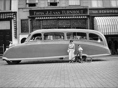 Circa 1932 nam Pellikaan Touringcars uit het Ginneken dit ultra-gestroomlijnde exemplaar in gebruik. Het geval staat hier te pronken op de Grote Markt, voor de oorspronkelijke boekwinkel van Van Turnhout.