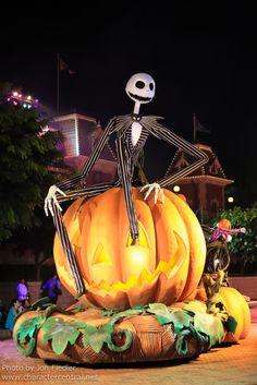 Disney World Halloween, Casa Halloween, Disneyland Halloween, Nightmare Before Christmas Halloween, Halloween Movies, Halloween Signs, Outdoor Halloween, Halloween Birthday, Halloween Decorations