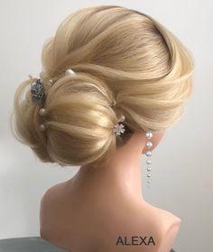 Fotogalerie svatebních účesů pro nevěsty. Svatební účesy pro blondýnky, tmavovlásky. Účesy polodlouhé vlasy, dlouhé vlasy, krátké vlasy, rozpuštěné vlasy. Praha, Ear, Fashion, Moda, La Mode, Ears, Fasion, Fashion Models, Trendy Fashion