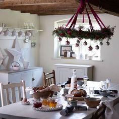 Ideen landhausstil Weihnachtsdeko im Esszimmer kronleuchter weihnachtskugeln